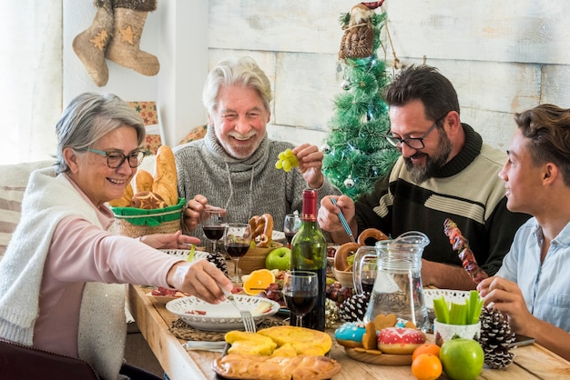 Almoço de natal e família se divertindo comemorando juntos