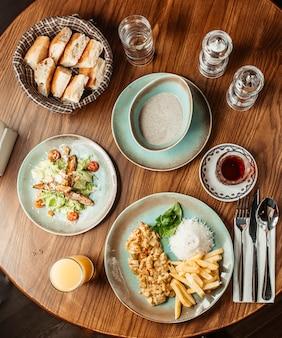 Almoço de negócios composto por salada de sopa e prato principal