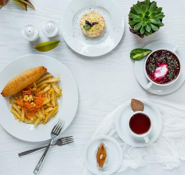 Almoço de negócios em cima da mesa
