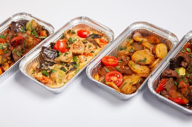 Almoço de negócios em recipiente de plástico ecológico pronto para entrega