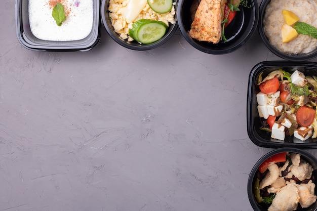 Almoço de negócios em recipientes para alimentos
