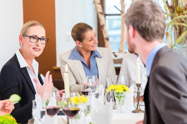 Almoço de negócios no restaurante com comida e vinho