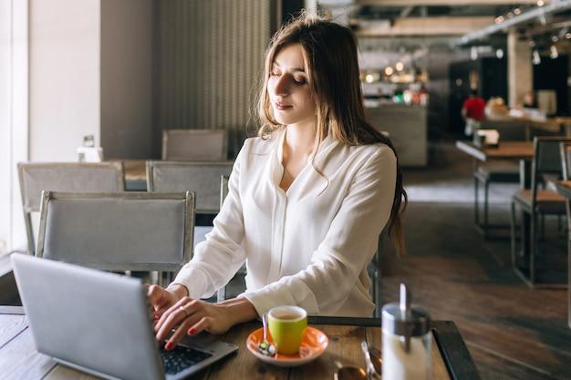 Almoço de senhora de negócios. trabalhando em um café com laptop Foto Premium