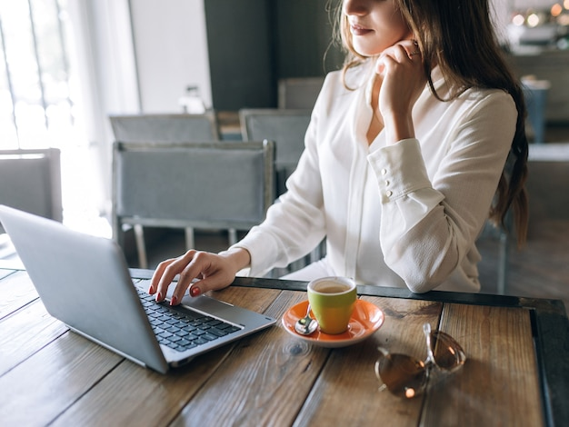 Almoço de senhora de negócios. trabalhando em um café com laptop