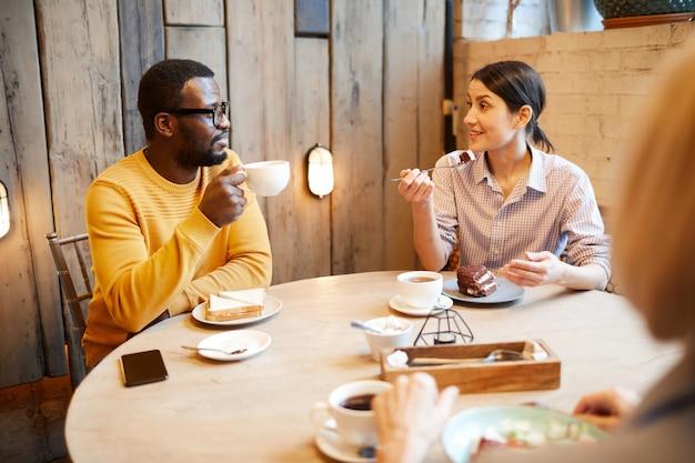 Almoço em família em cafeteria