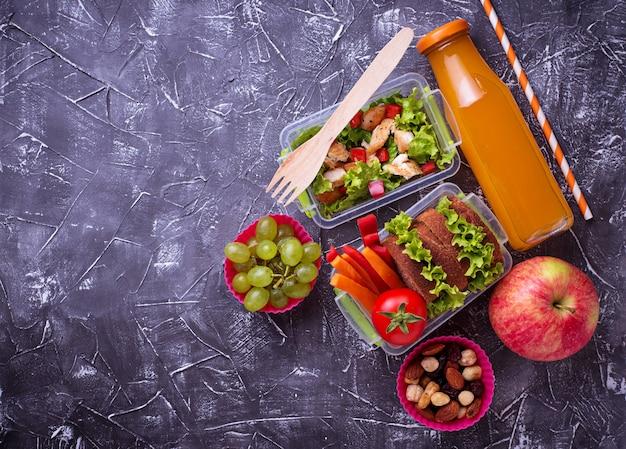Almoço escolar. salada, sanduíches, frutas e nozes