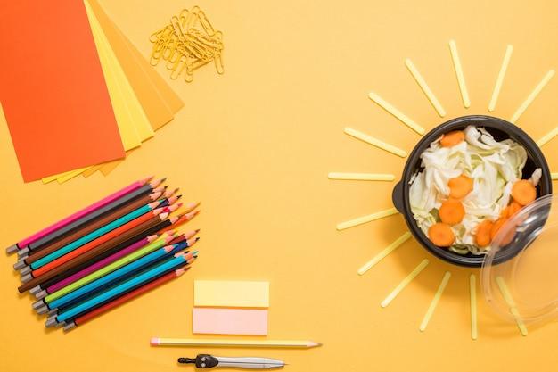 Almoço escolar saudável para criança ou adolescente. pacote de papel ofício, pilha de cadernos, água, saco e comida na lancheira na mesa de madeira branca, bolacha com queijo, nozes, mingau de aveia e maçãs