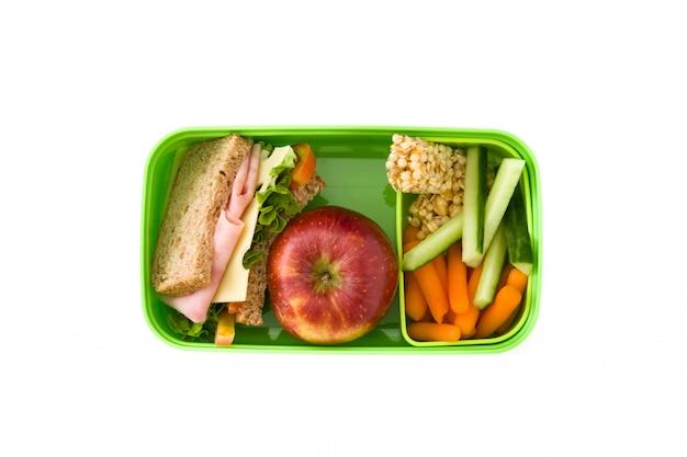 Almoço escolar saudável: sanduíche, legumes e frutas isoladas no branco