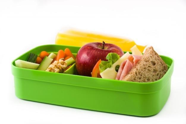 Almoço escolar saudável sanduíche legumes frutas e suco isolado no branco