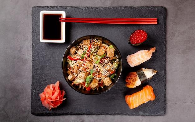 Almoço japonês de macarrão e sushi.