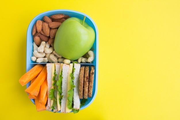 Almoço no espaço da cópia da vista superior da caixa azul