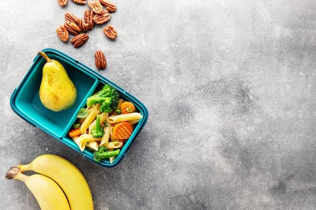 Almoço saudável para ir servido na caixa com legumes