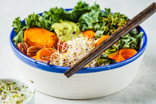 Almoço vegan saudável em tigela branca. taça de buda com abacates
