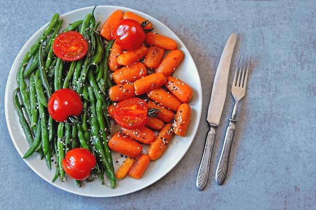 Almoço vegano. salada útil de feijão verde e cenoura. feijão verde e cenoura.