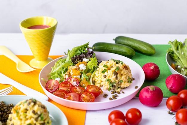 Almoço vegetariano infantil, risoto de abóbora com lentilha