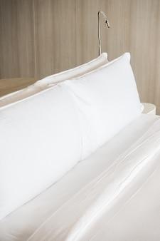Almofada branca na cama
