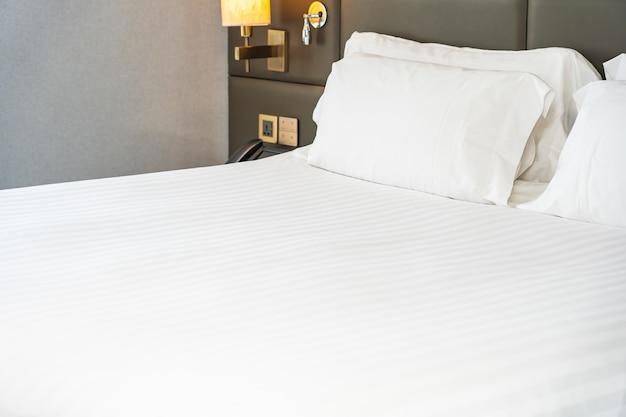 Almofada branca no interior de decoração de cama de quarto