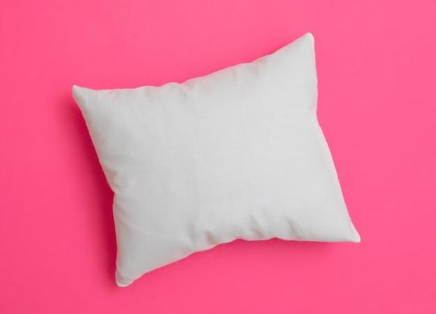 Almofada branca sobre o fundo colorido