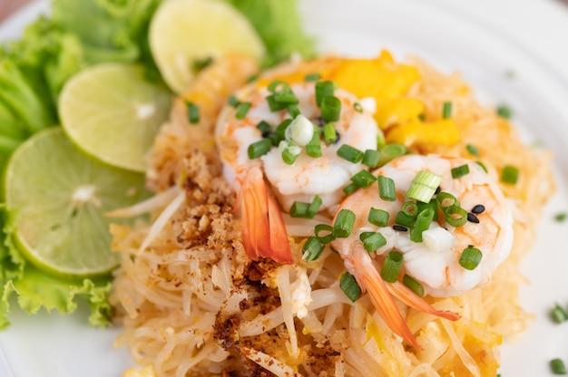 Almofada camarão fresco tailandês em um prato branco.