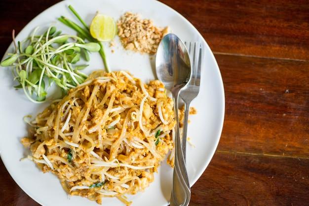 Almofada comida tailandesa na mesa de madeira.