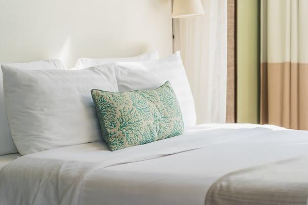 Almofada confortável branca no interior da decoração de cama