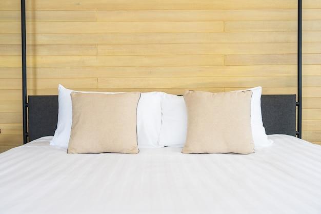Almofada confortável branca no interior de decoração de cama de quarto de cama