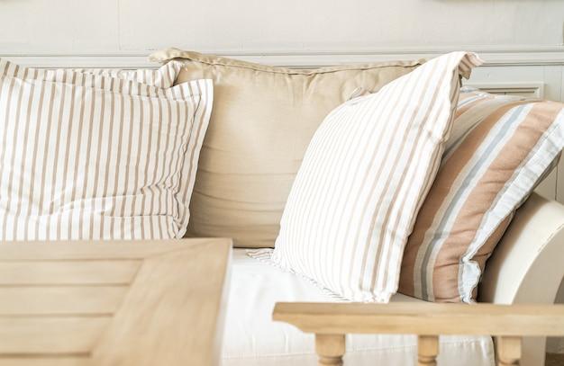 Almofada confortável na cadeira do sofá