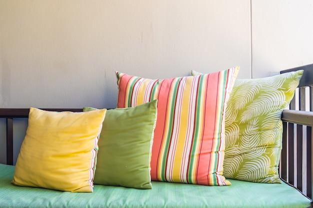 Almofada confortável na decoração da cadeira do sofá ao ar livre