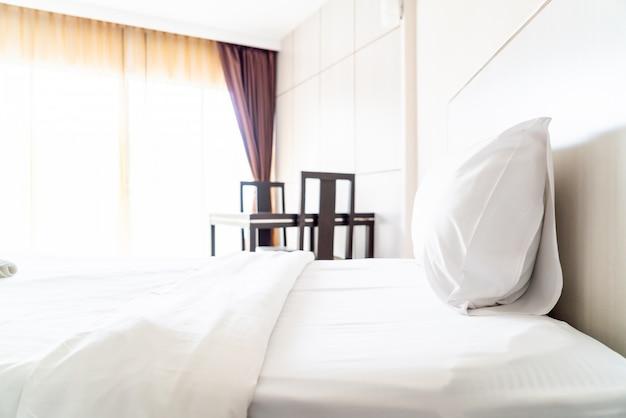 Almofada confortável na decoração da cama