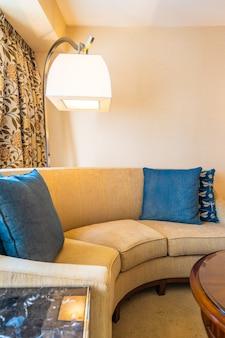 Almofada confortável na decoração do sofá