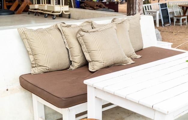 Almofada confortável no pátio ao ar livre