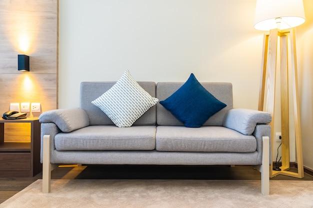 Almofada confortável no sofá