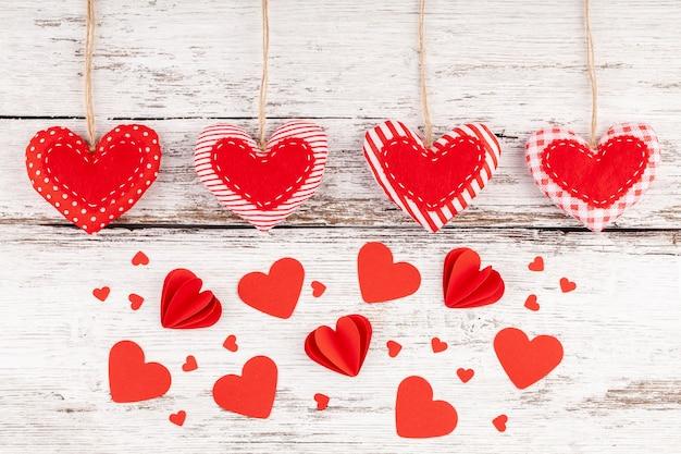 Almofada costurada linha de corações fronteira de tecido vermelho e corações de papel com confetes