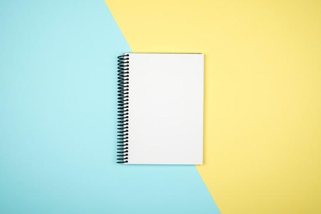 Almofada de escrita em branco para idéias sobre fundo colorido