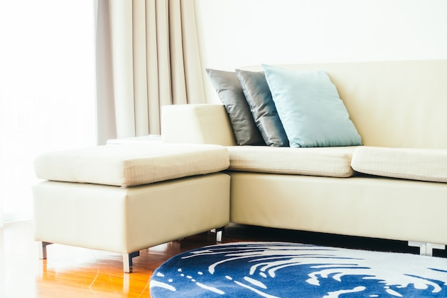 Almofada de luxo bonito na decoração de sofá no interior da sala de estar - filtro de luz vintage