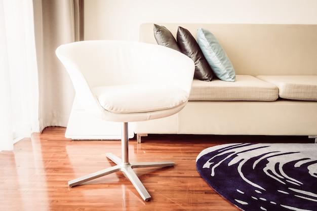 Almofada de luxo bonito na decoração do sofá no interior da sala de estar - filtro de luz vintage