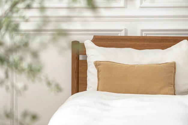 Almofada decorativa na cama