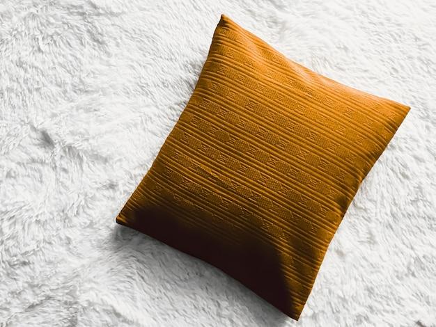Almofada dourada no cobertor xadrez fofo branco como plano leigo plano de fundo vista superior do quarto e ...