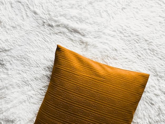Almofada dourada sobre manta xadrez fofa branca como plano de fundo plano vista superior do quarto e plano de decoração da casa