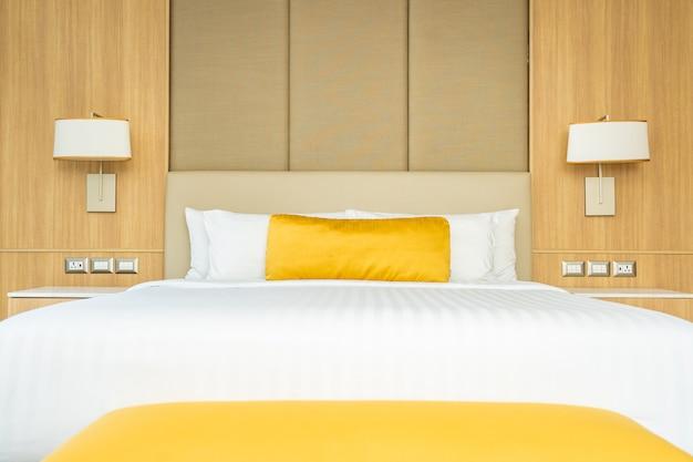 Almofada na cama com interior de decoração cobertor
