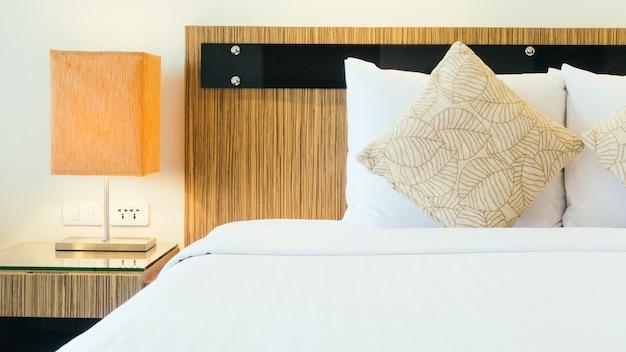 Almofada na cama com lâmpada leve