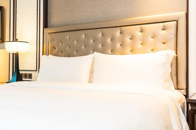 Almofada na decoração de cama interior do quarto