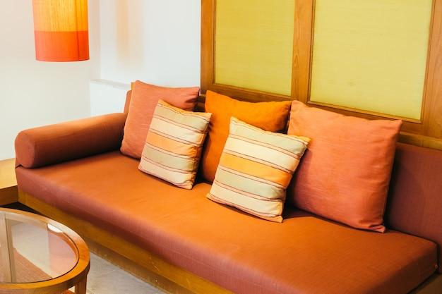 Almofada na decoração do sofá