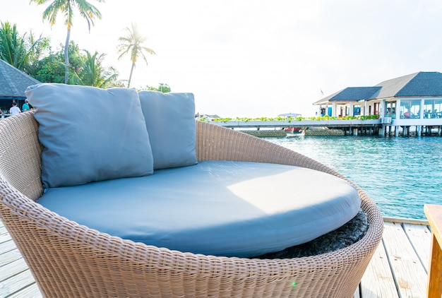Almofada no sofá decoração pátio ao ar livre