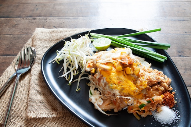 Almofada tailandesa ou frito macarrão com camarão e ovo na chapa preta. comida tailandesa