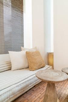 Almofadas bonitas e confortáveis decoram no sofá