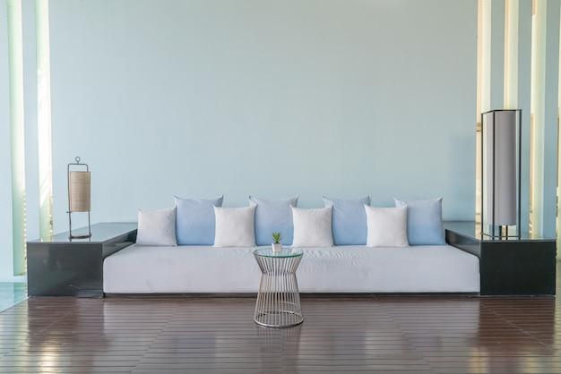 Almofadas bonitas e confortáveis no sofá
