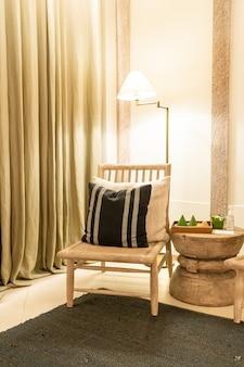 Almofadas brancas decoram na cadeira na sala de estar e no quarto de um hotel resort de luxo