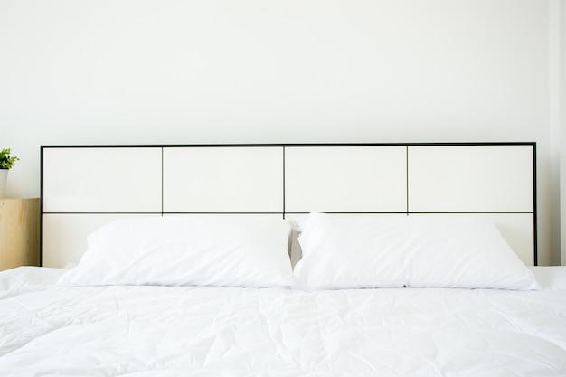 Almofadas brancas e lençóis na sala de beleza. fechar-se