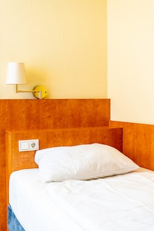 Almofadas brancas na cama